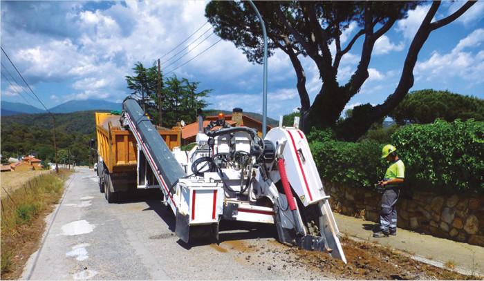 maquina zanjadora con carga a camión