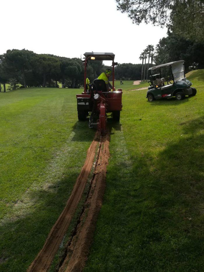Microzanja para cortar raíces en campo de golf